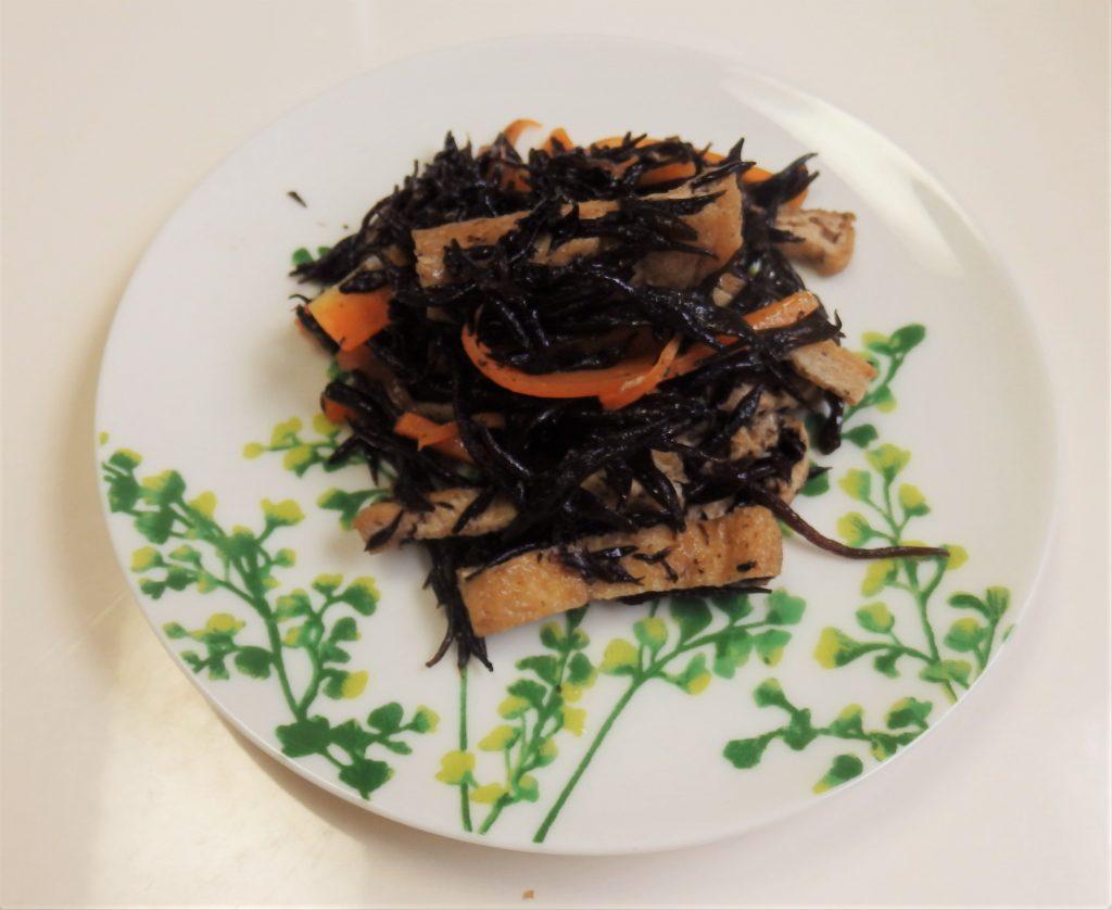 ひじきの煮物簡単レシピ、ごま油を使っておいしく!鶏肉で応用も◎!